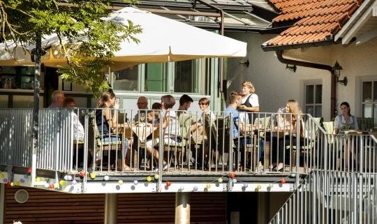 Auf der Sommerterrasse werden leckere Spezialitäten des Hauses serviert