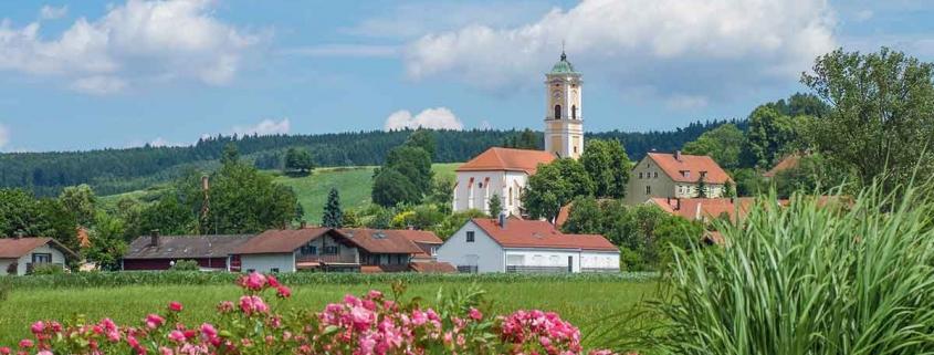 Blick auf die Pfarrkirche Maria Himmelfahrt von Bad Birnbach