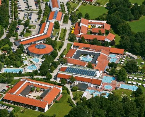 Luftbild der Rottal Terme mit Thermen- und Saunawelt und Therapiebad.