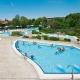 Sonnendeck im Therapiebad der Rottal Terme mit Ausschwimmbecken, Kneippbecken, Entspannungsbecken, Heißwasserbecken und Schwimmerbecken.