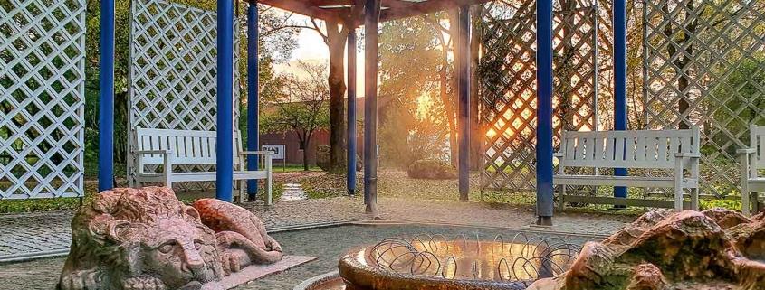 Die drei Löwen aus Marmor am Löwenbrunnen bewachen die Quelle mit Thermalwasser