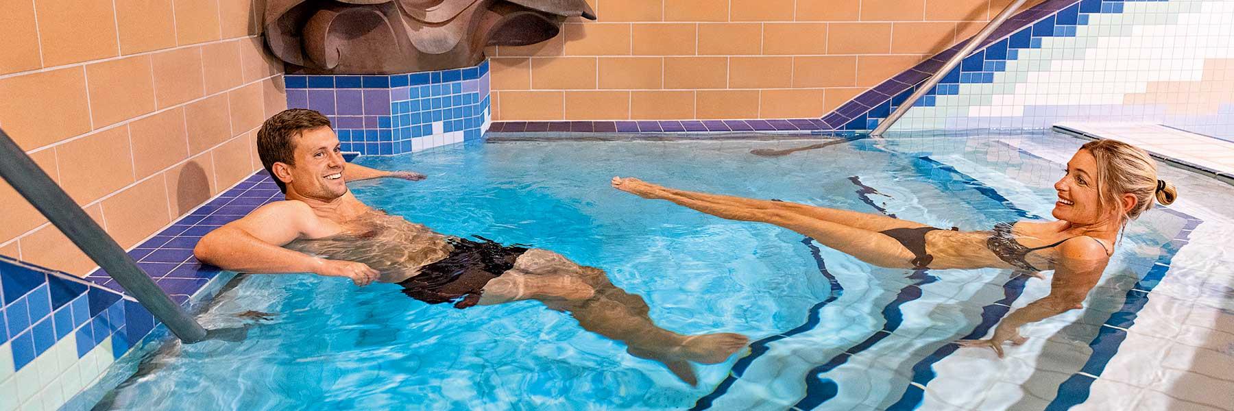 Becken in der Chrysanti-Badehalle in der Thermenwelt der Rottal Terme