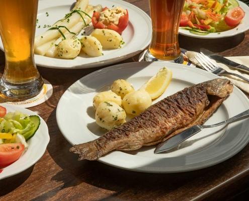 Fisch und Spargel aus der Küche des Gasthofs Alter Weißbräu