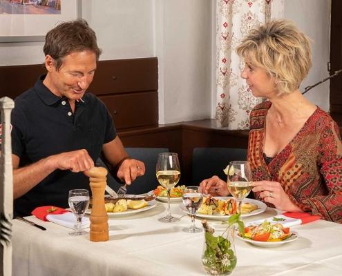 Abendessen in der Gaststube des Gasthofs Alter Weißbräu