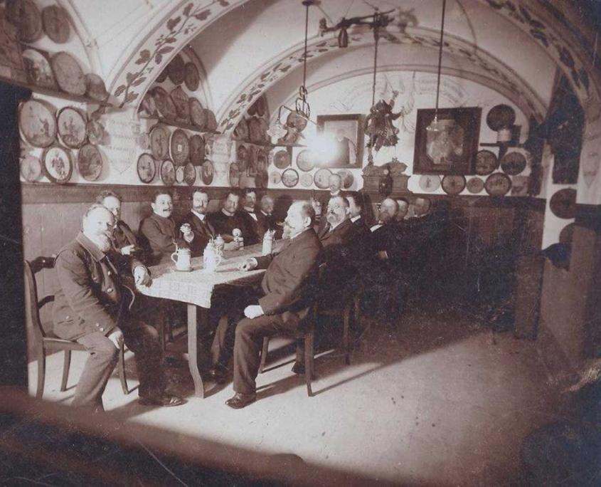 Gewölbestube des Gasthofs Alter Weißbräu um 1900