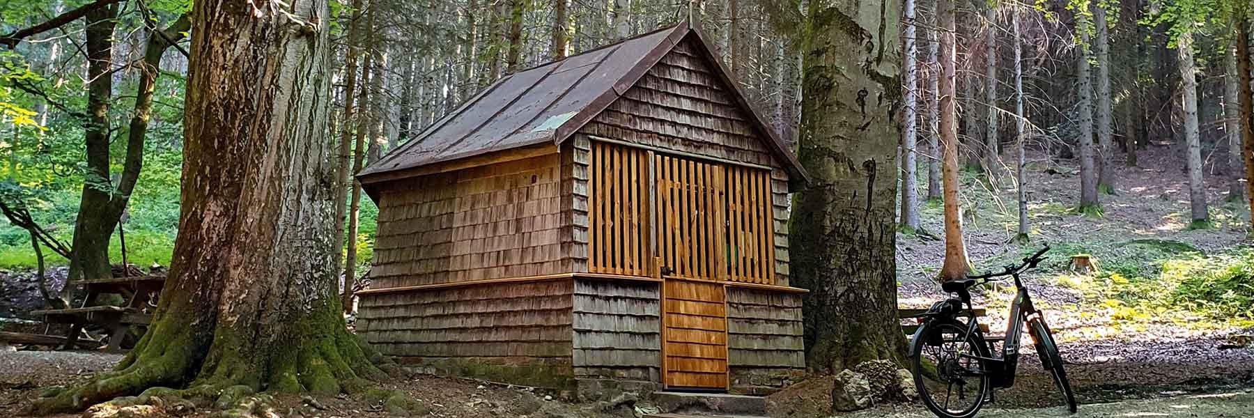 Holzkapelle im Wald in der Lugenz bei Bad Birnbach