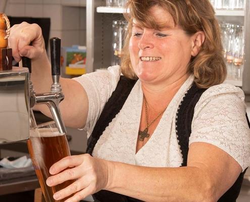 Weißbräu-Wirtin Lisa Putz schenkt Bier aus